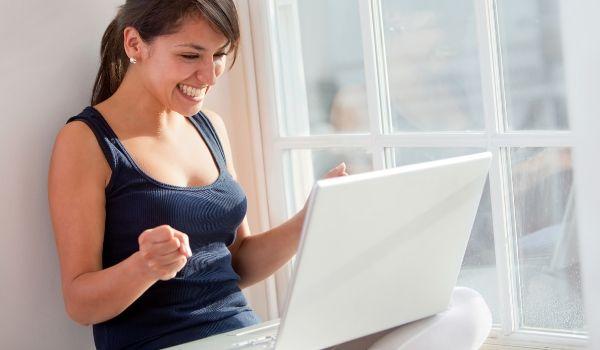 ネットの速度が速くなって喜ぶ女性